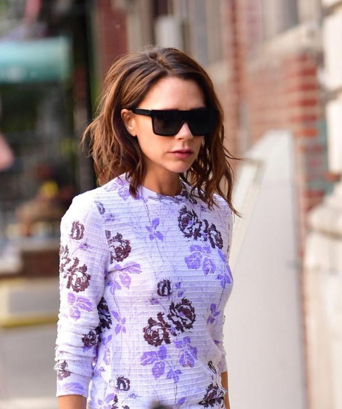 carré court destructuré, coiffure streetstyle de Victoria Beckham, robe motifs floraux