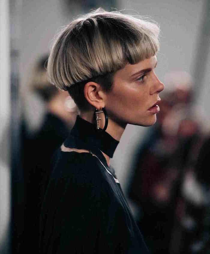 coupe de cheveux tendance en bol court femme blonde style hipster jeanne darc
