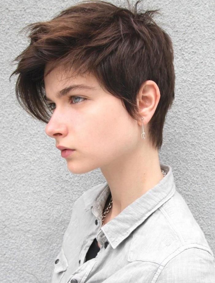 modele coupe de cheveux court femme chatain en dégradé avec frange sur le devant