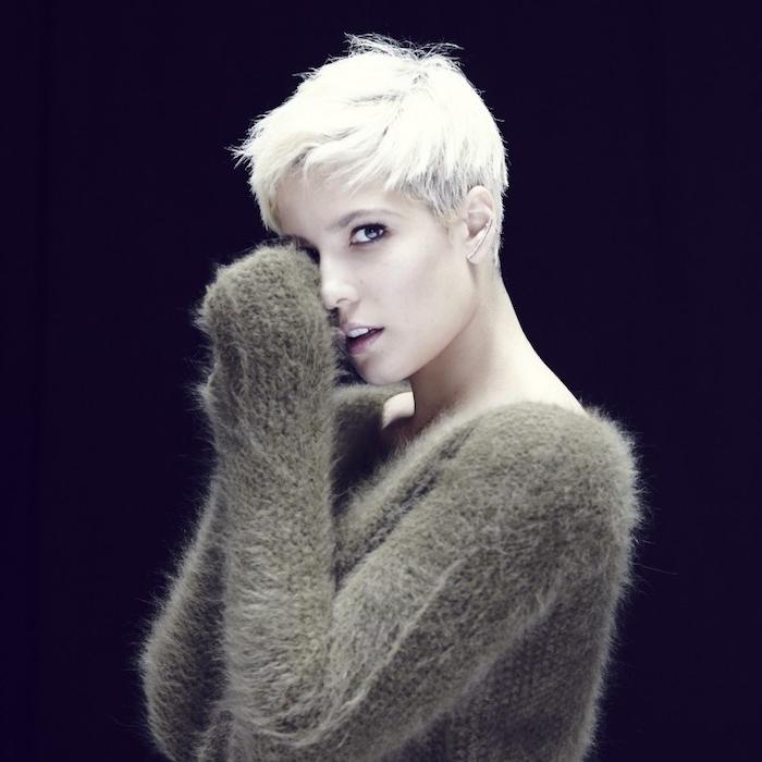 coupe garçonne femme coloration blond polaire, style décoiffé boyish, pull gris beige hiver