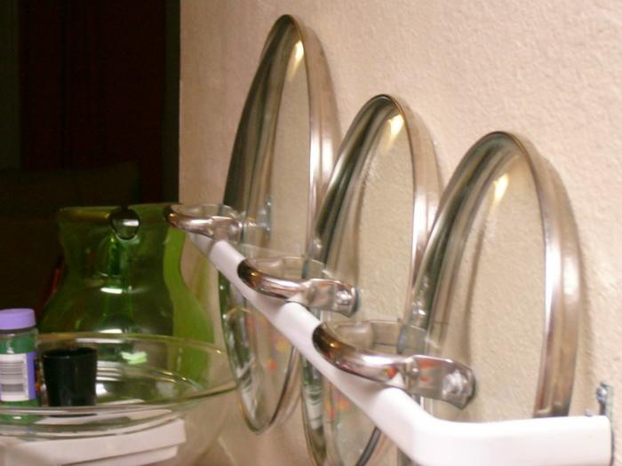 casseroles et couvercles transparents rangés sur une étagère blanche, amenagement de placard, etagere cuisine, meuble cuisine rangement
