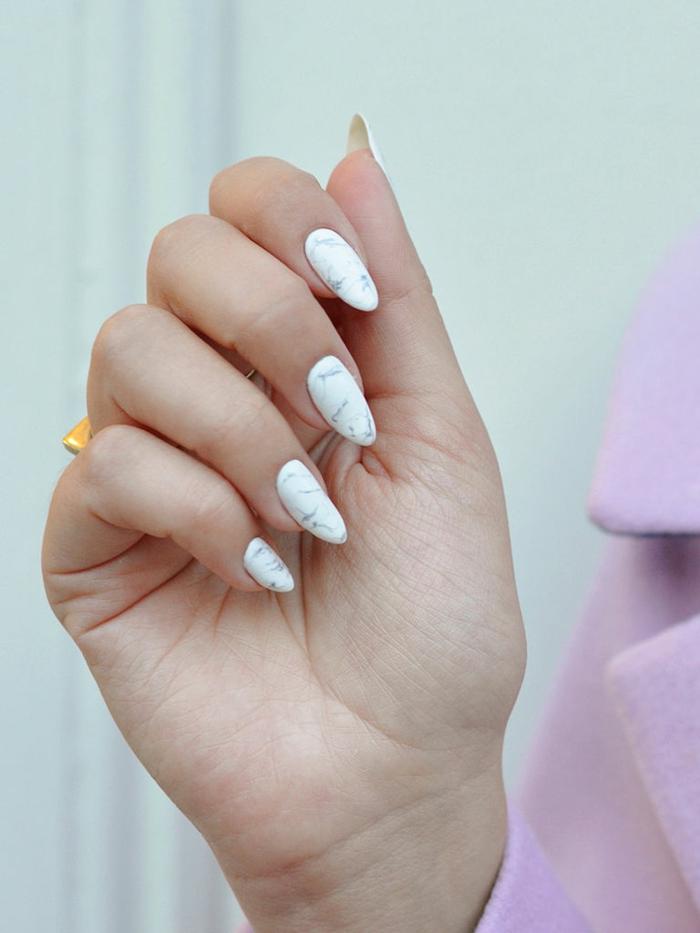 ongles en forme d'amande, manucure marbrée, forme des ongles tendance