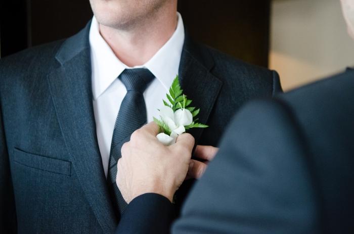 choisir un vetement homme fashion pour cérémonie et occasion spéciale, assortir un tailleur gris anthracite avec chemise blanche