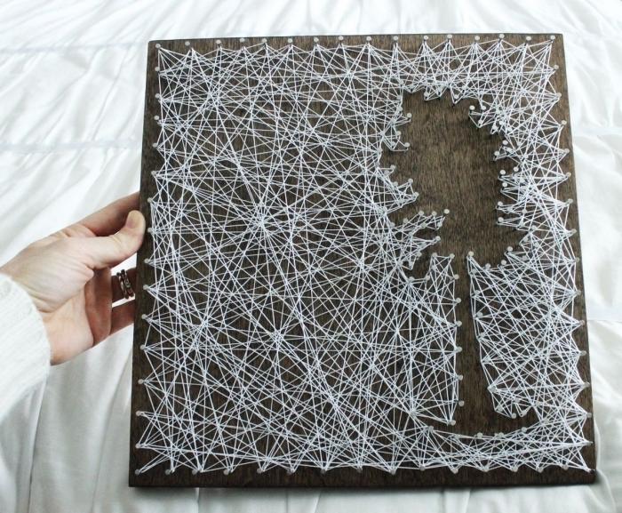 exemple de paysage naturel avec un arbre en fil blanc sur un panneau de bois foncé, tableau fil tendu DIY