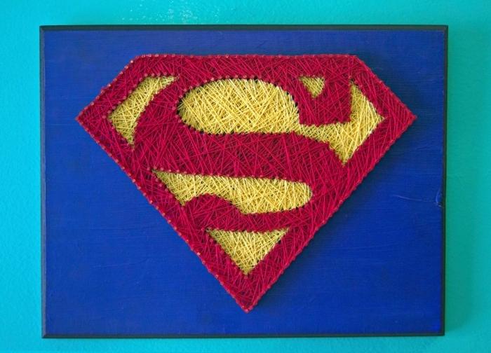 comment décorer la chambre d'enfant avec un objet DIY, modèle de tableau de bois peint en bleu foncé sur le thème Superman
