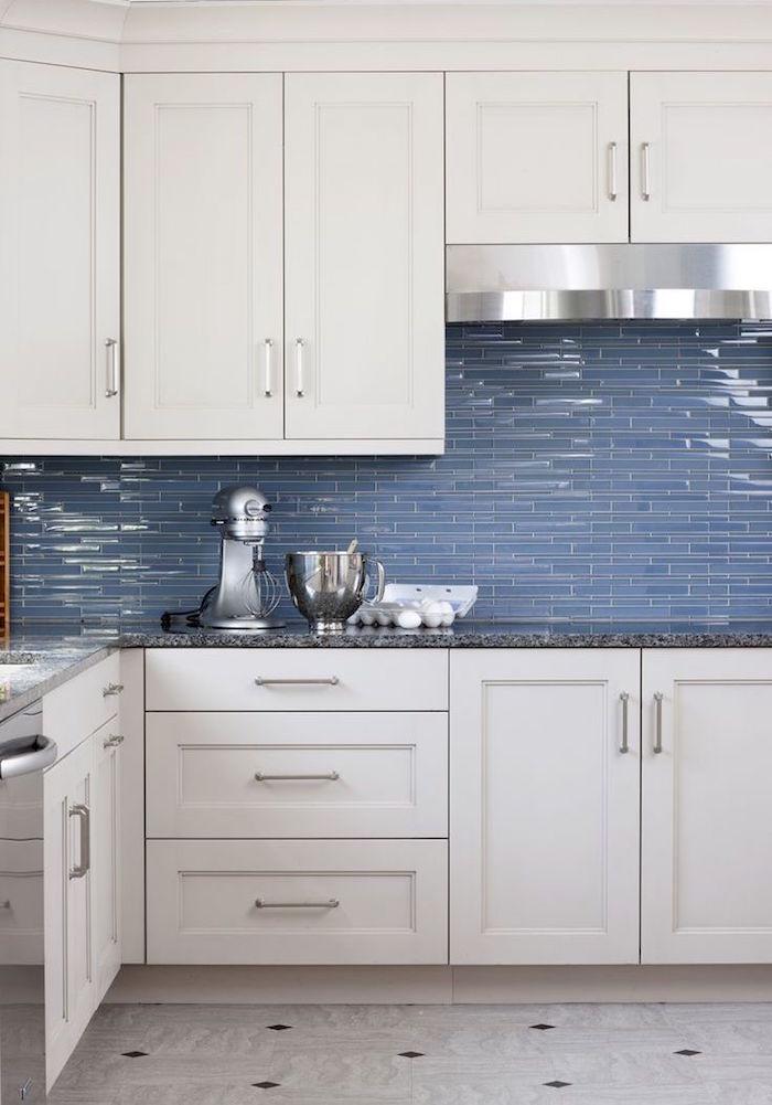 lames fines de carrelage bleu brillant pour crédence murale cuisine blanche