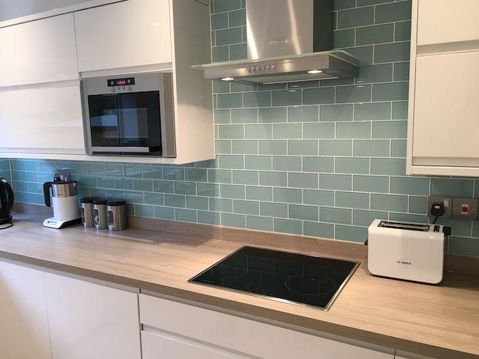 credence pour cuisine en carrelage vert gris bleu brillant et meubles blanc gloss