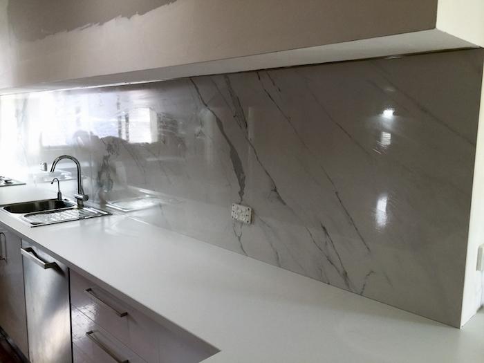 crédence de cuisine imitation marbre brillant pour idée rénovation plan de travail