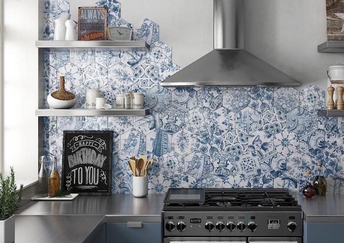 plaques de carrelage hexagonal décor bleu et blanc style mosaique de crédence cuisine a coller