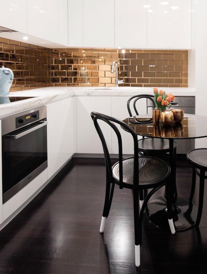 credence cuisine style carrelage doré avec carreaux couleur or cuivre brillant
