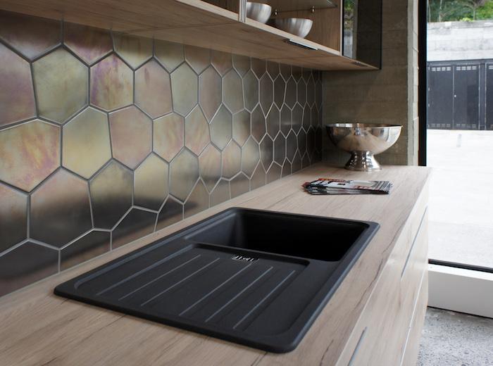 idée de credence cuisine originale style hexagone avec finition métal nacrée