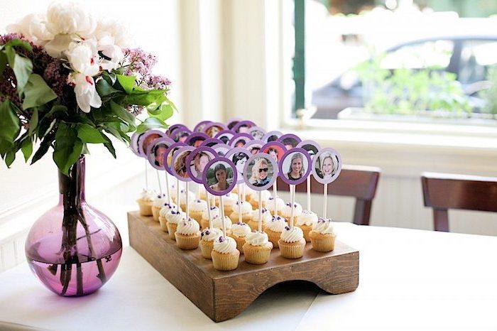 cupcake vanille avec un bâton portant une photo invité, idée de marque place original gourmand
