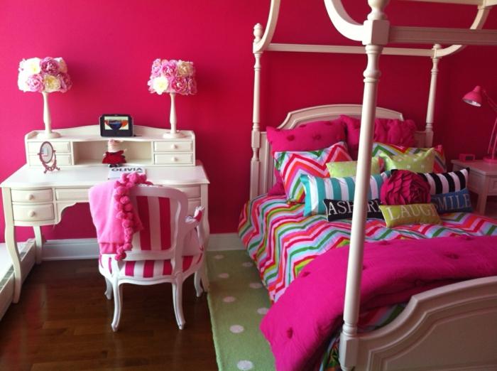 deco pour chambre ado fille, idée déco chambre, murs en fuchsia, bureau couleur ivoire en style baroque avec chaise bois peinte en blanc baroque avec tissu a rayures verticales rouges et blanches