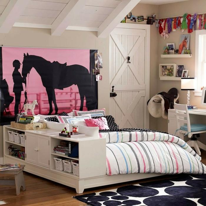 chambre fillette ado fana d'équitation, motifs et tableau avec des chevaux dans la chambre, poutres peintes en blanc, tapis en noir et blanc avec des gros pois, petite bibliothèque séparateur d'espace, déco chambre fille ado