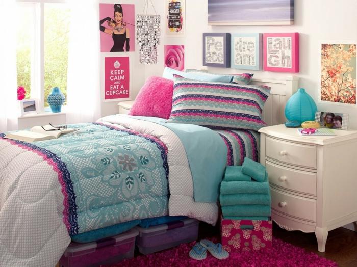 chambre a coucher moderne, couverture de lit en couleurs turquoise et fuchsia, tableaux décoratifs avec cadre en fuchsia, bleu pastel et gris perle