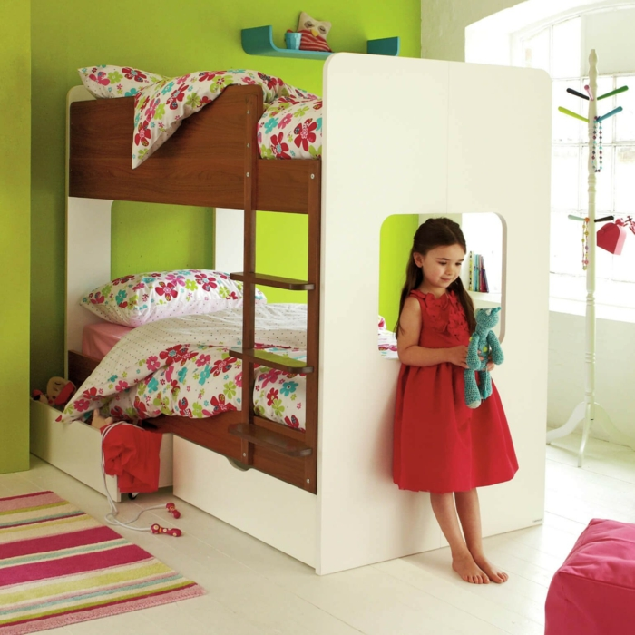 peinture chambre fille en vert pomme pour les murs, deux lits superposés en marron et blanc, tapis carré aux rayures horizontales en fuchsia et jaune, déco chambre fille ado, porte-manteaux bois blanc, carrelage en couleur ivoire