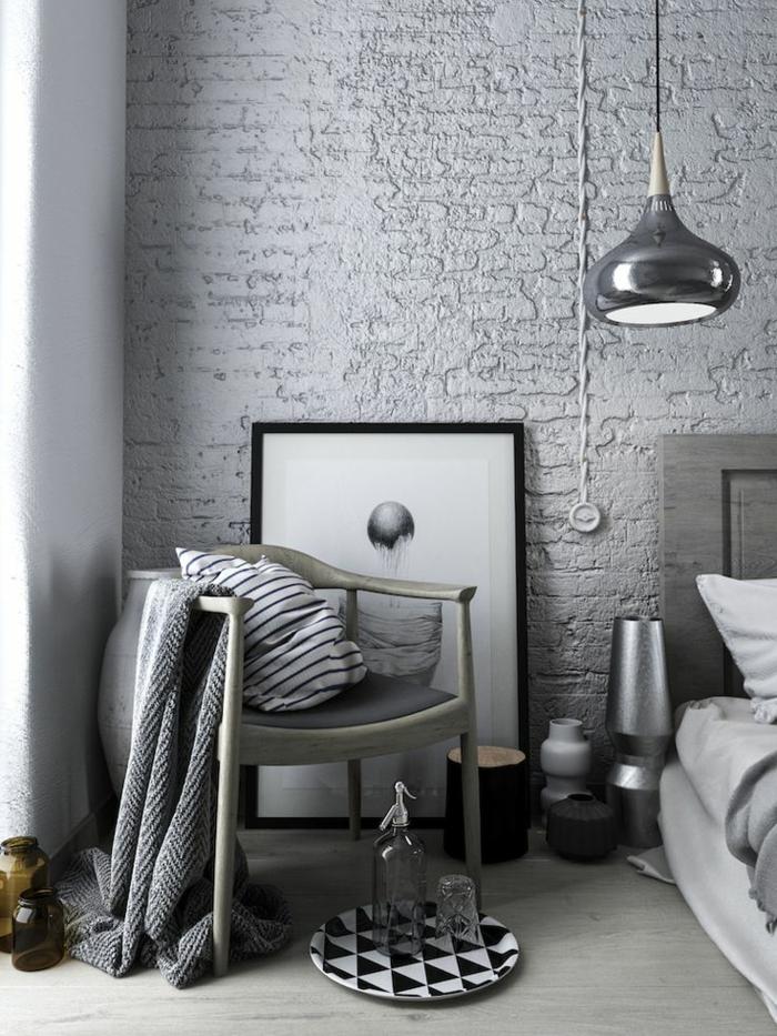 deco chambre adulte esprit scandinave, lampe suspendue noire, chaise rustique, plaid et coussin, lampes et bougeoirs