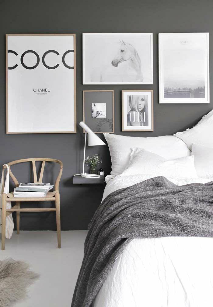 chambre à coucher en gris anthracite et bois, lampe de chevet élégante, cadres décoratifs, chaise de bois