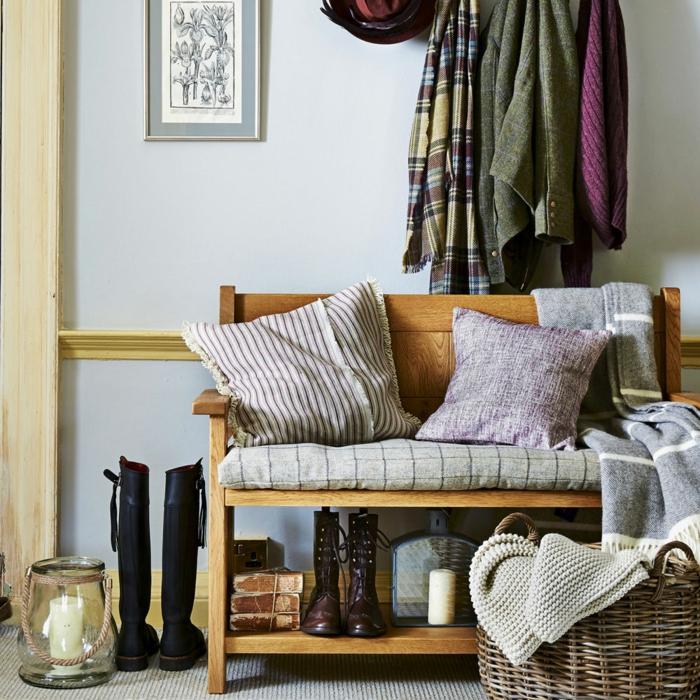 banquette en bois pour l'entrée, coussins gris, mur en bleu pâle, panier rustique