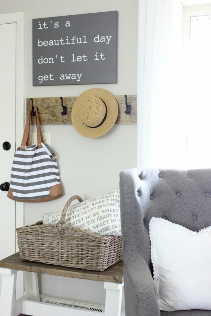 idée entrée simple, grande corbeille rustique, fauteuil gris capitonné, accroche vêtement en bois