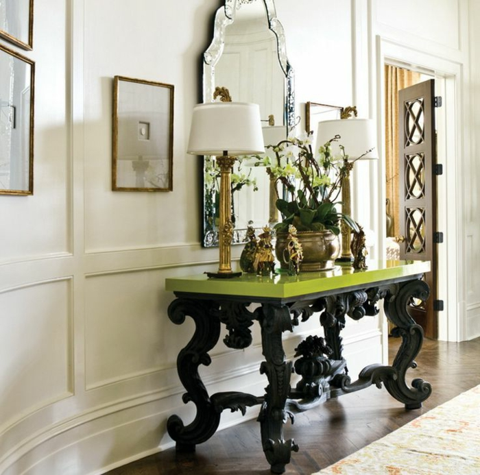 table baroque en noir et vert, plateau lisse, pieds baroques, miroir baroque, lampes de table en blanc et doré