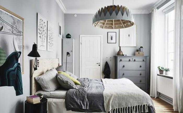 plafonnier et placard gris, lampe noire, coussins gris, jeté de lit gris, plancher en bois
