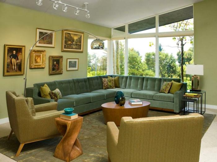 fauteuils couleur curry, idee deco peinture salon, table basse en bois, plafond blanc