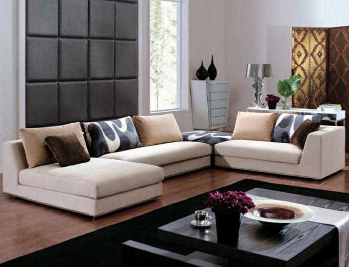 jolie idée pour la décoration intérieure salon, canapé d'angle couleur gris clair, tapis rectangulaire noir, déco murale de salon