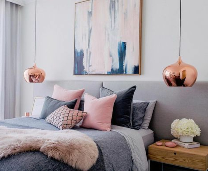 chambre boho chic, lampes cuivrées pendantes, coussins déco, chevet en bois
