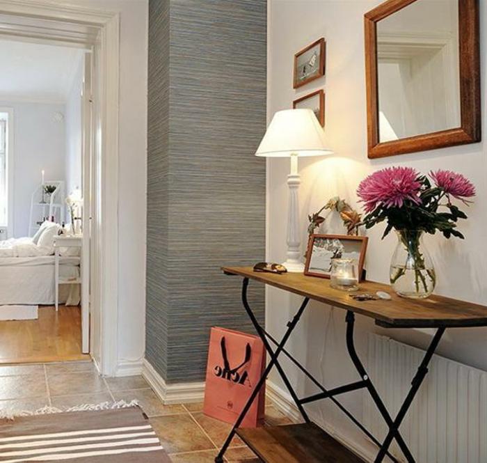 table console en bois et fer, sol en carreaux beiges, sac en papier rose