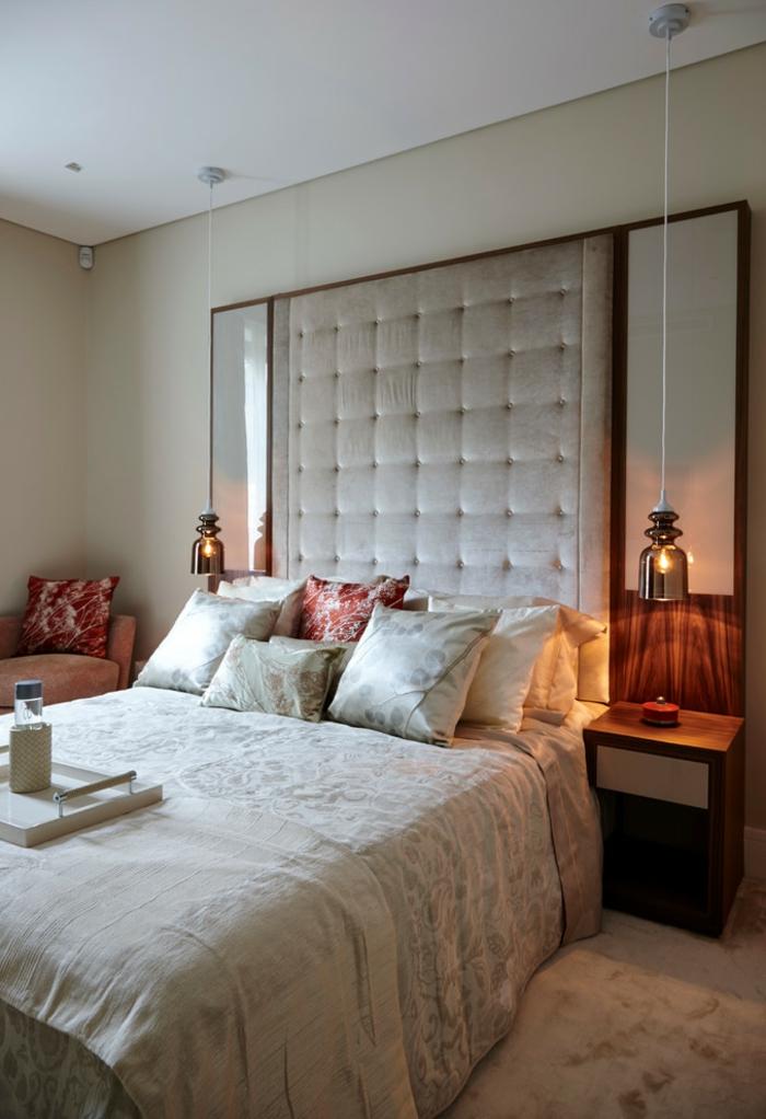 tête de lit géante, lampes pendantes, coussins déco, fauteuil beige et chevets flottants