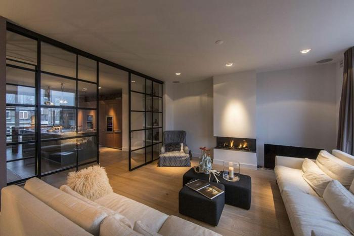 comment décorer son salon, sofas contemporains en couleur crème, tables basses, grande verrière d'artiste