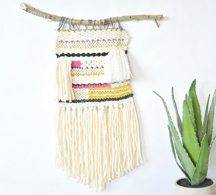 suspension macramé avec bois flotté et tissage en laine blanc broderie rose pour décoration
