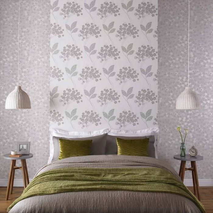 un lé de papier peint à motif végatal posé en tête de lit, directement sur le mur d'accent en papier peint aux mêmes teintes métallisées, idée déco originale pour la chambre à coucher avec du papier peint tete de lit