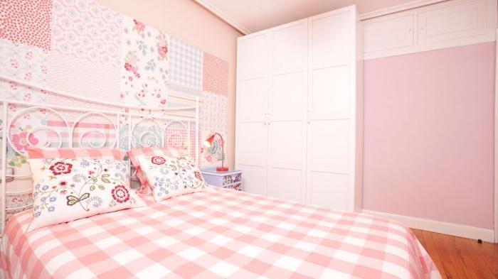 une tete de lit fille d'esprit vintage et récup réalisée avec des chutes de papier dépareillées à motifs vintage aux teintes qui s'harmonisent avec la déco rose