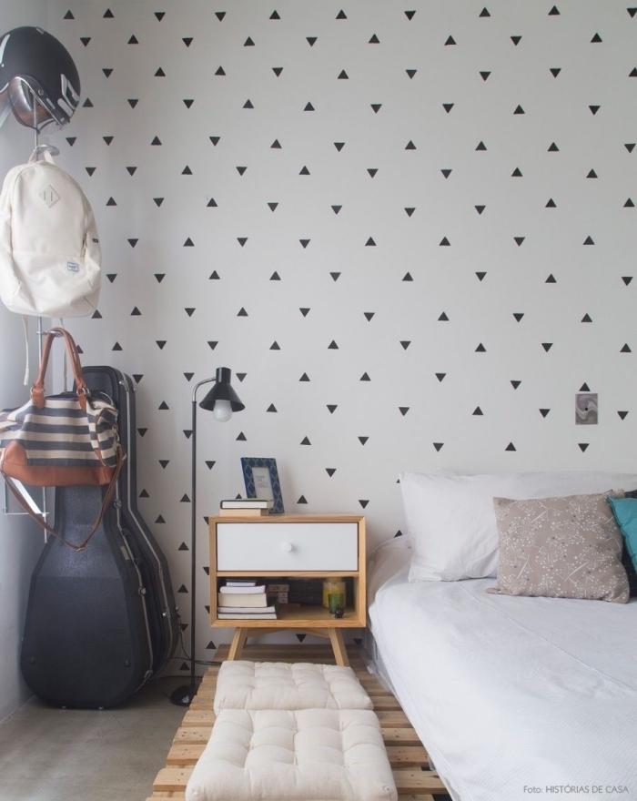 une chambre à coucher d'esprit scandinave avec un sommier en palette et une tete de lit deco à motifs géométriques tendance