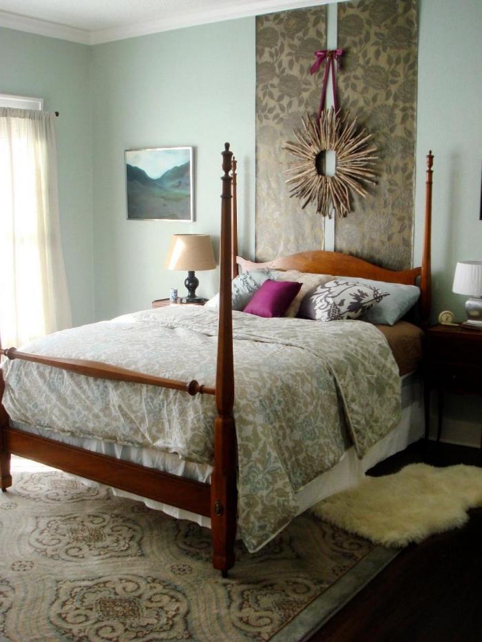 une tete de lit papier peint intissé composée de bandes de papier peint uniques, qui s'accorde avec le reste du décor de la chambre à coucher vintage