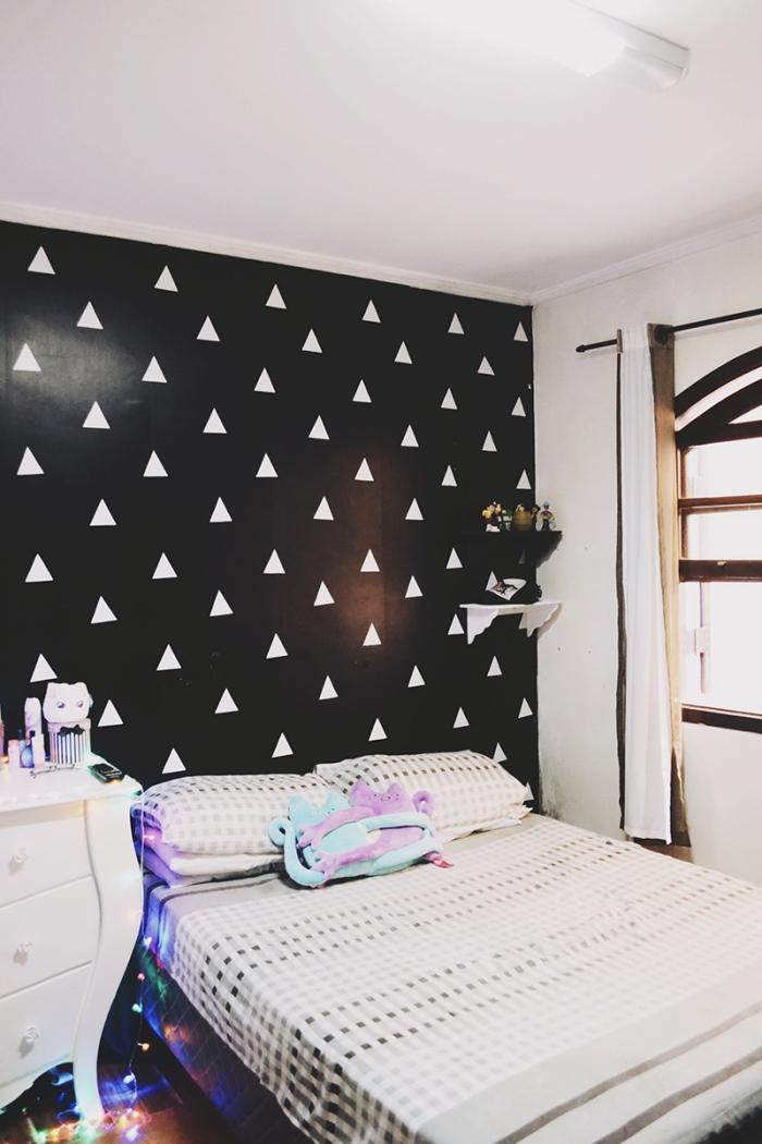 une chambre d'ado fille tendance avec une tete de lit papier peint adhésif sombre à motifs géométriques tendance