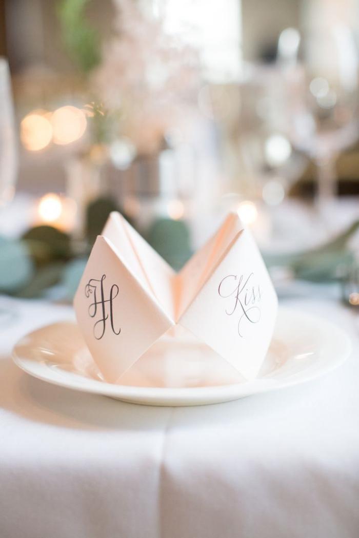 jolie décoration de table de mariage sur le thème de l'origami à réaliser soi-même, un marque-place en cocotte en papier en avec les initiales des mariés