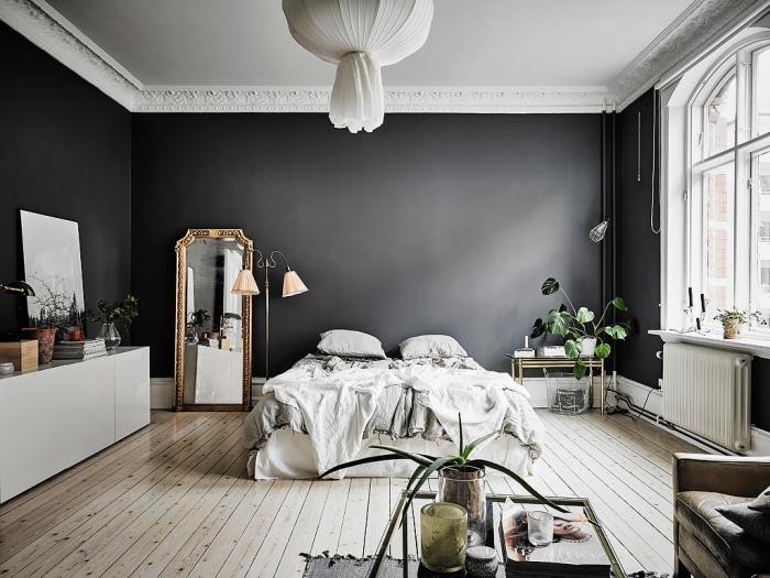combiner les styles dans une déco chambre adulte d'esprit bohème aux murs foncés avec meubles anciens