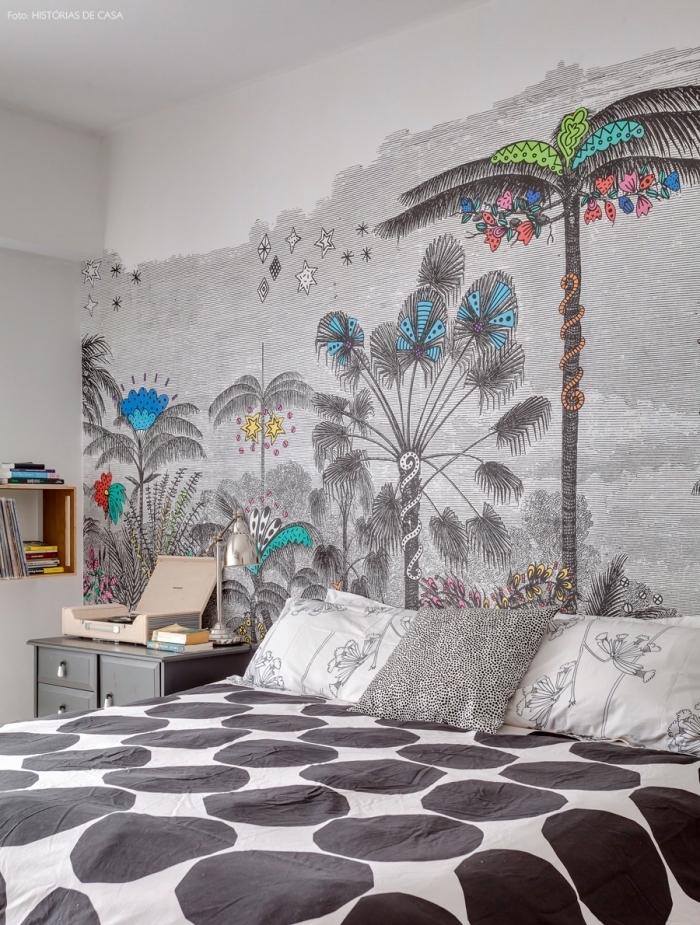 tete de lit deco tropical réalisée sur le mur entier avec du papier peint à motif