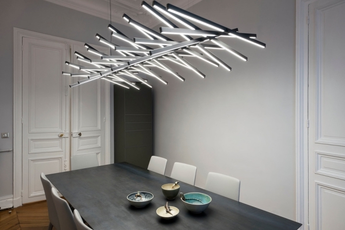 modèle de lampadaire moderne dans l'esprit industriel au-dessus d'une table à manger longue de couleur anthracite