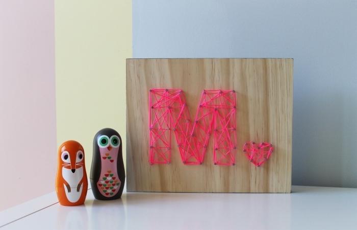 exemple aménagement chambre enfant avec accessoires et objets fait main, modèle de panneau de bois avec lettre M en fil et clous