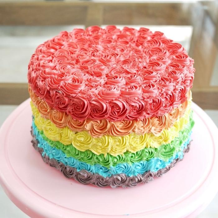 recette de layer cake original aux couleurs de l'arc-en-ciel avec une jolie décoration de roses en glaçage