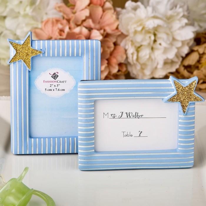 cadre bleu à rayures blanches décoré d une étoile pailletée, centre de table en grosses guirlande de fleurs