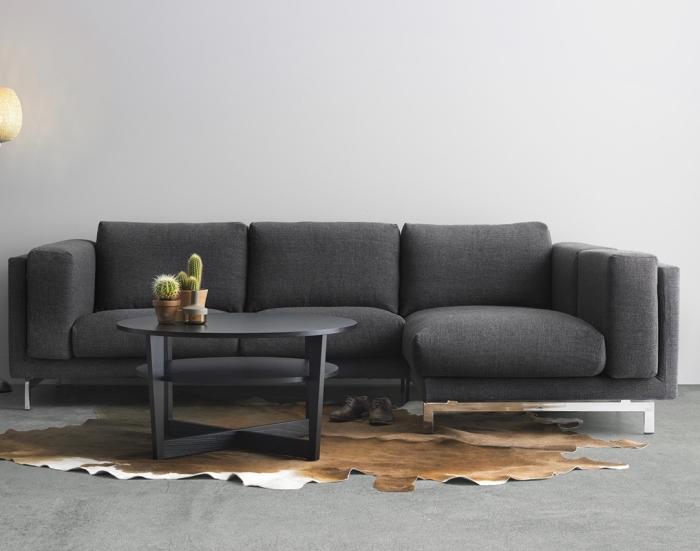 modèle de canapé comfortable en gris foncé combiné avec une table ronde en gris mate, meubles pour salon gris