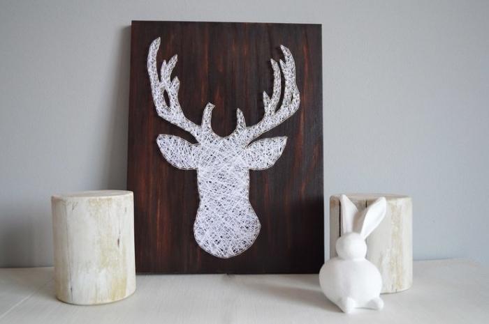 design intérieur de style scandinave avec une surface de bois clair décoré avec objets en bois et un tableau diy