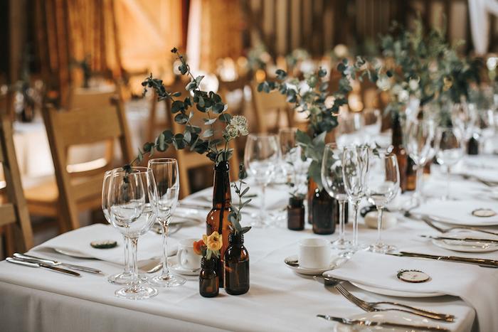 Pinterest mariage centre de table mariage les tables bien décorées déco mariage diy idée comment faire une déco mariage simple bouteille de bière en vase diy