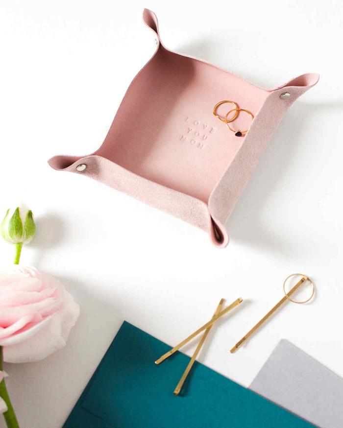 un joli vide-poches en cuir rose poudré personnalisé avec un message tamponné, bricolage fête des mères pour dire à sa maman qu'elle est spéciale