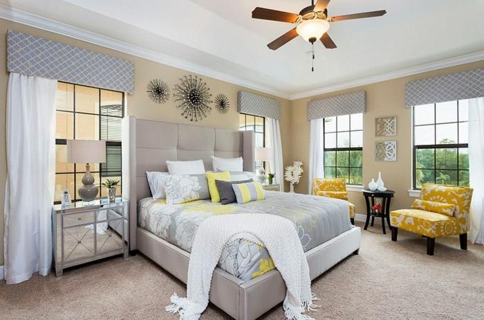 chambre grise et blanche, deco chambre adulte, fauteuils jaunes à fleurs blanches, coiffeuse à surface reflétante
